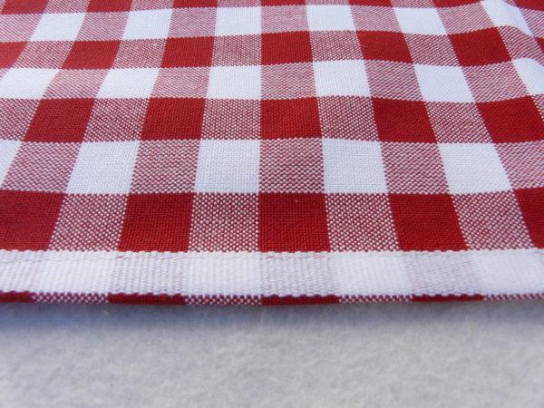 La mode du vichy revisitée avec des bandes blanches pour égayer votre cuisine.