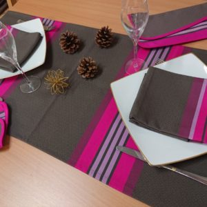 chemin-table-gris-fushia-puivert